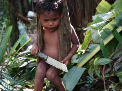 Kinderen van de Maniq stam in het zuiden van Thailand spelen al van jongs af aan met messen.