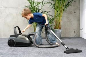 Als je kleine kinderen niet laat meehelpen in het huishouden, geef je hen het signaal dat hun inbreng niet gewaardeerd wordt.